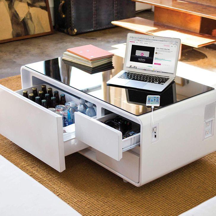 Bàn cà phê thông minh với tủ lạnh và cổng sạc USB... Nó hoàn hảo cho người luôn bận rộn và cần phải online liên tục.